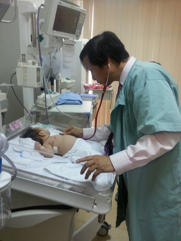 84244-GS Nguyen Thanh Liem dang tham kham cho benh nhi sau phau thuat.jpg