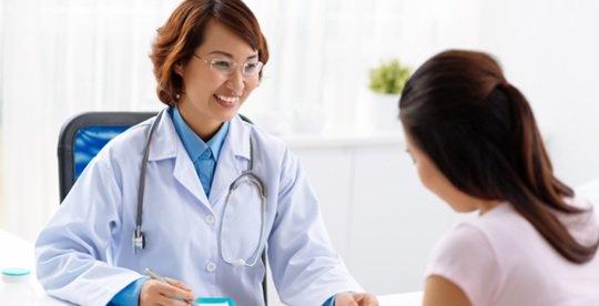 Bác sĩ khám bệnh dạ dày