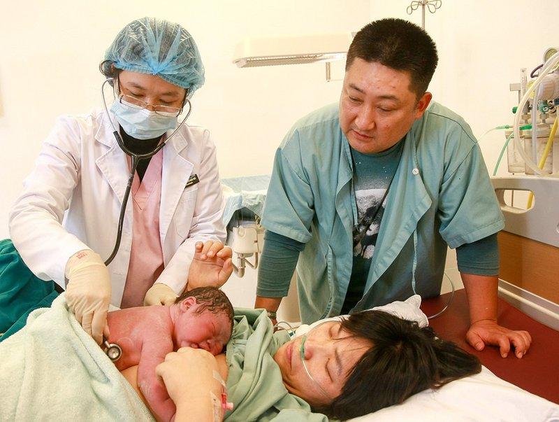 Vì sao sau khi sinh nên cho trẻ tiếp xúc da kề da ngay?