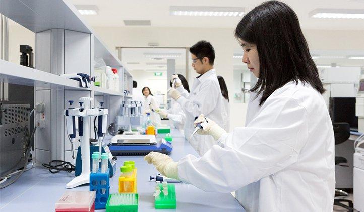 Môi trường làm việc có chứa các chất độc hại với gan như phòng thí nghiệm
