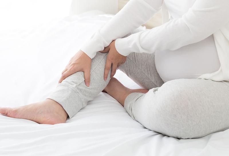 Xoa bóp chân giảm chuột rút khi mang thai