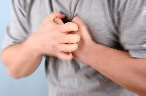 đau tức ngực giữa
