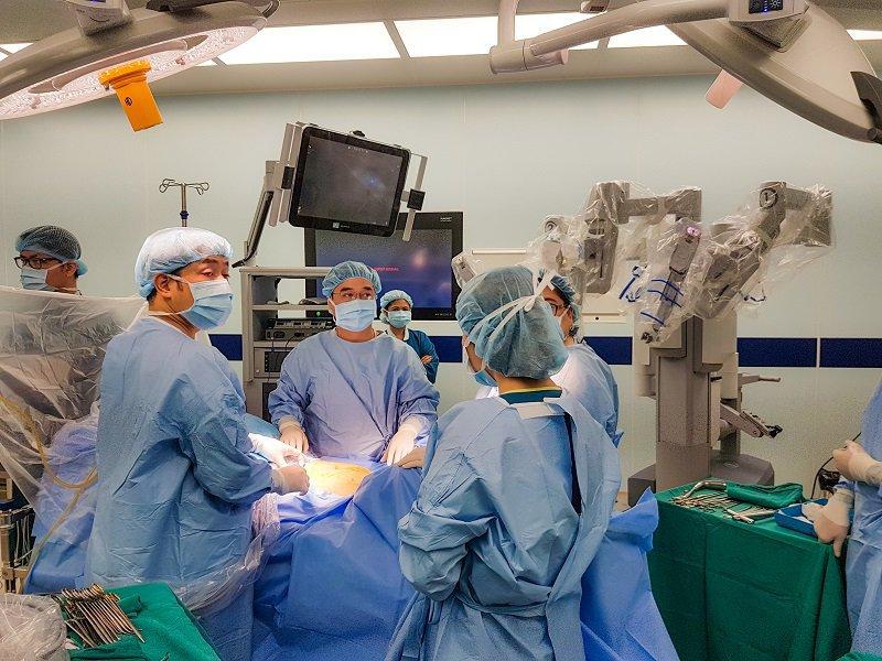 Ca mổ phẫu thuật Robot điều trị ung thư tuyến tiền liệt cho Bác sĩ người Nhật Shimada