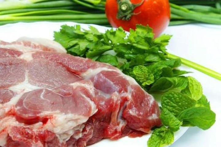 Nguy cơ sức khỏe khi ăn thịt lợn sống, tái