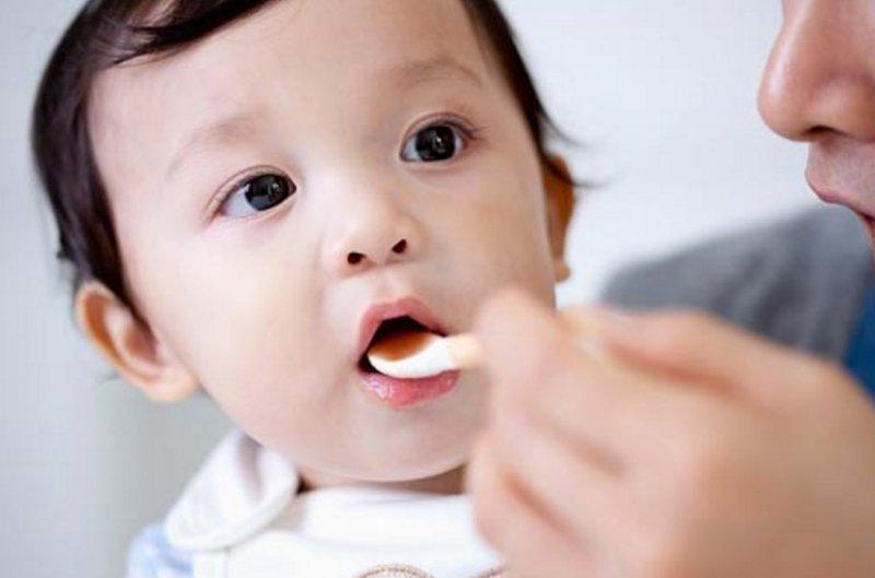 Cho trẻ uống thuốc