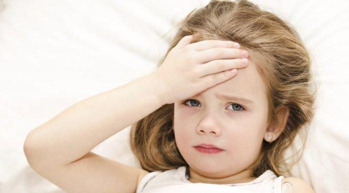 Vì sao nên chườm khăn ấm khi trẻ bị sốt?