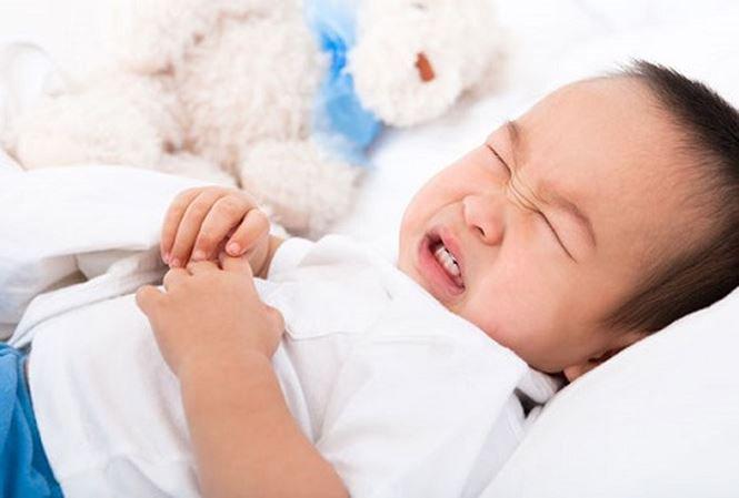 Trẻ em bị sốt kêu đau bụng