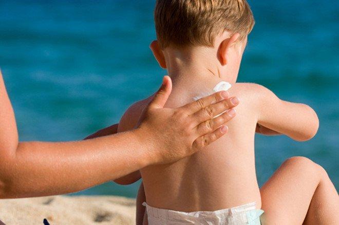 Trẻ em dùng kem chống nắng khi nào