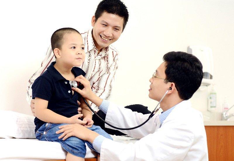 Khi trẻ bị sốt cha mẹ nên làm gì
