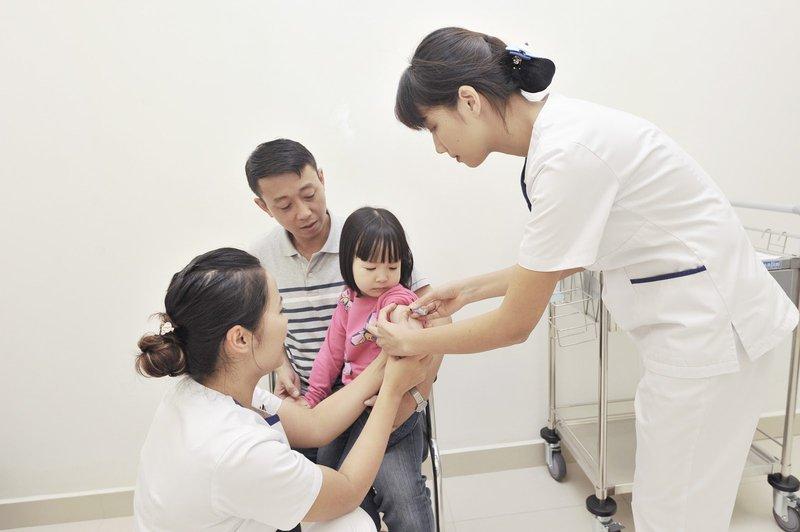 Tiêm chủng 2 mũi cho trẻ độ tuổi tiêm chủng, mũi 1 từ 9 – 12 tháng tuổi, mũi 2 từ 18 – 24 tháng