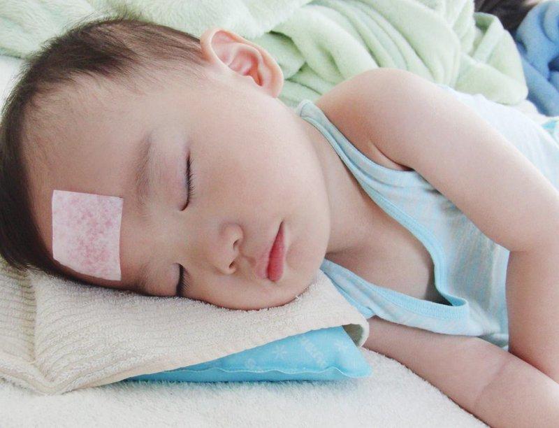 Trẻ 4 tháng tuổi bị sốt