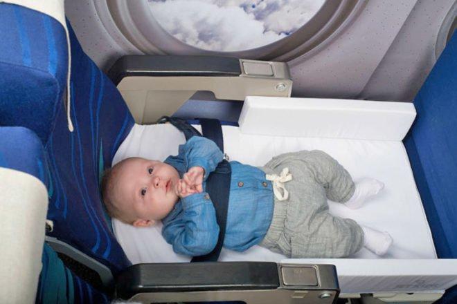 Trẻ sơ sinh đi máy bay: Những điều cần lưu ý