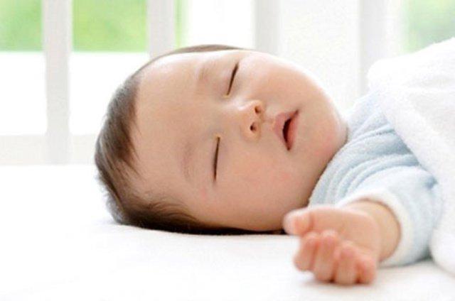 Trẻ sơ sinh ngủ giấc dài quá có nên đánh thức cho bú?