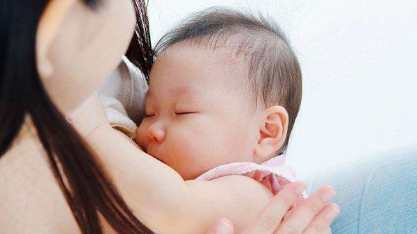 Trẻ sơ sinh ngủ hay giật mình