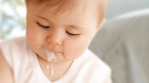 Vì sao trẻ hay nôn trớ sau ăn? | Vinmec
