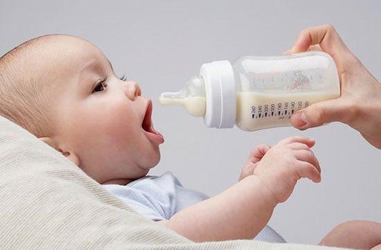 Các tư thế ăn uống khiến trẻ dễ sặc sữa