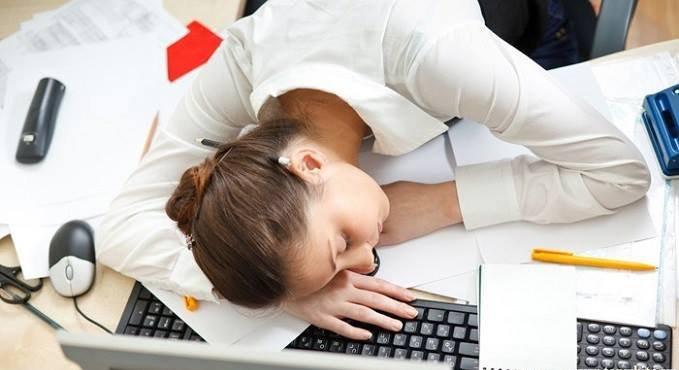 Vì sao bạn dễ bị đau đầu sau khi ngủ trưa?