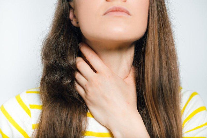 Viêm họng gây đau đầu ù tai