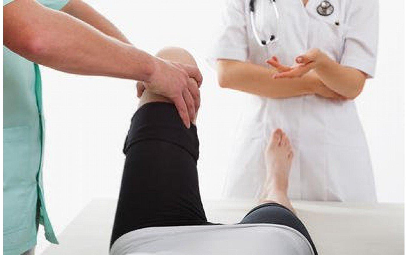 Sử dụng phương pháp vật lí trị liệu kết hợp với bài tập nhẹ nhàng chữa bệnh đau khớp gối người già tại nhà