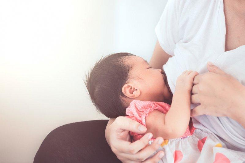 Mẹ cho con bú khi bị sốt xuất huyết sẽ không thể lây bệnh cho bé