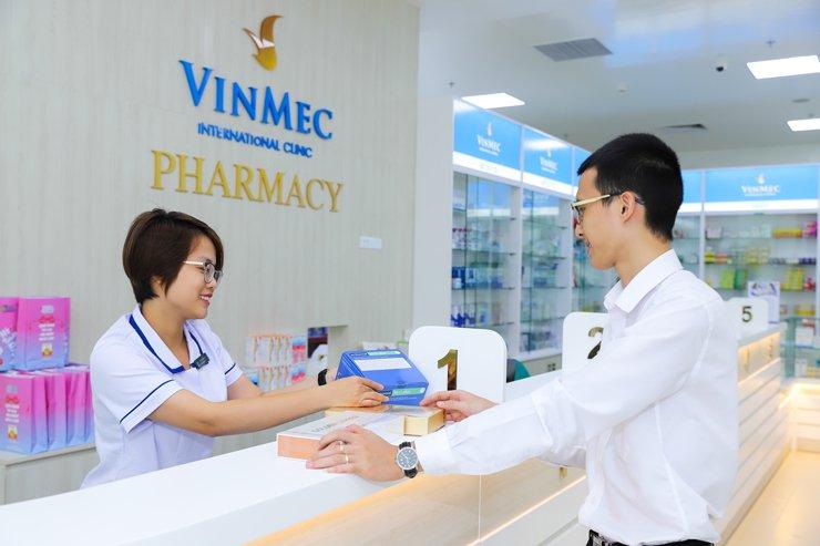 Dược sĩ tư vấn sử dụng thuốc tại Nhà thuốc Bệnh viện đa khoa Quốc tế Vinmec