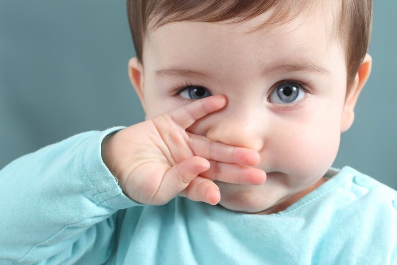 Bé thường xuyên bị nghẹt mũi, phải làm sao?