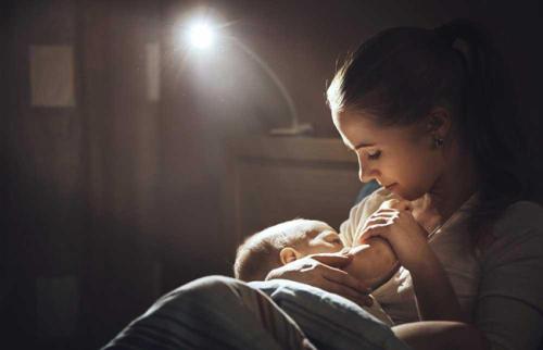 Cho trẻ bú đêm: Những điều cần biết