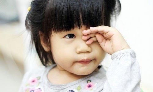 Trẻ mỏi mắt