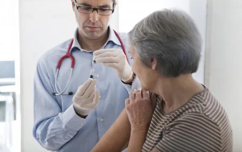 Người trên 65 tuổi cũng cần tiêm vắc-xin