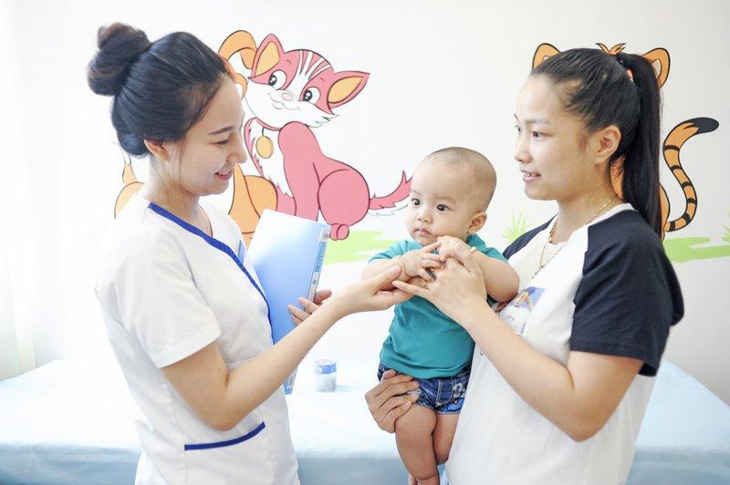 Trẻ cần được tạm hoãn tiêm chủng nếu đang sốt