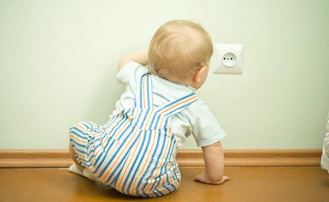 Sơ cứu cho trẻ khi bị điện giật
