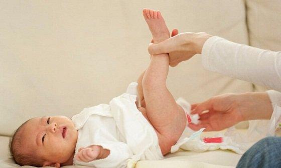 xuất hiện máu trong nước tiểu hoặc phân ở trẻ em