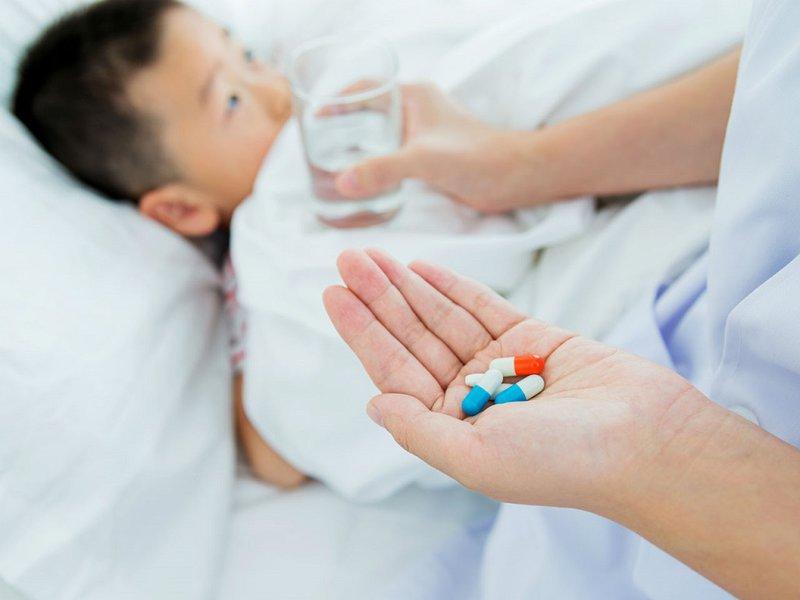 Trẻ bị sốt siêu vi có dùng kháng sinh được không?