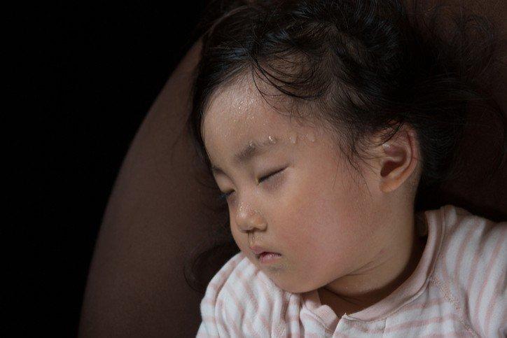 Trẻ 4 tuổi đổ mồ hôi nhiều ở đầu có sao không? | Vinmec