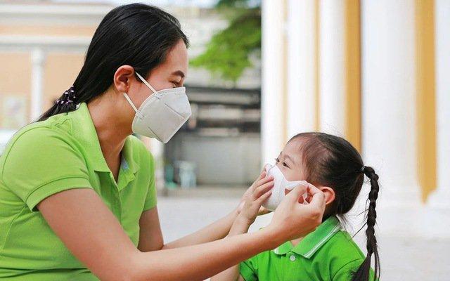 Hướng dẫn cha mẹ đeo khẩu trang cho bé phòng dịch do virus Corona