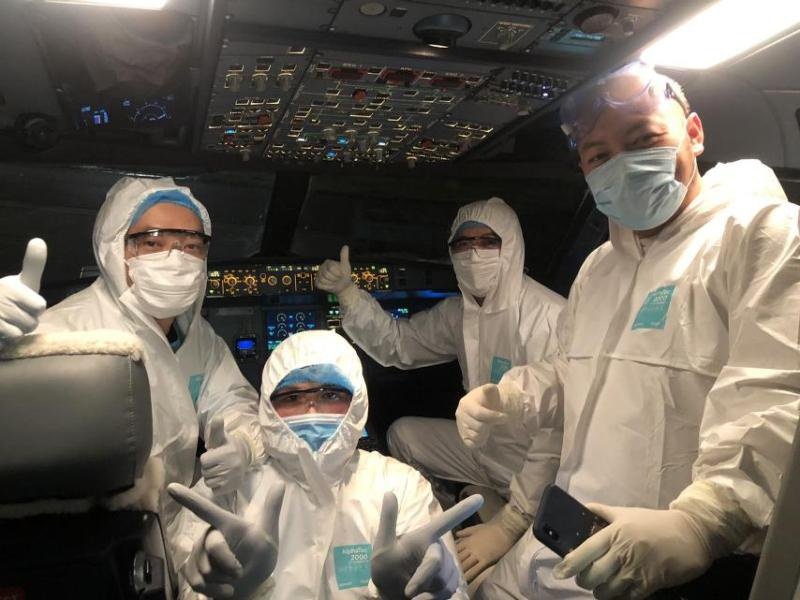 phi hành đoàn đón bệnh nhân corona