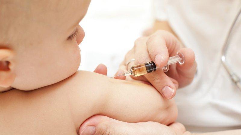 Bé bị ho, sổ mũi có thể tiêm vắc-xin không?