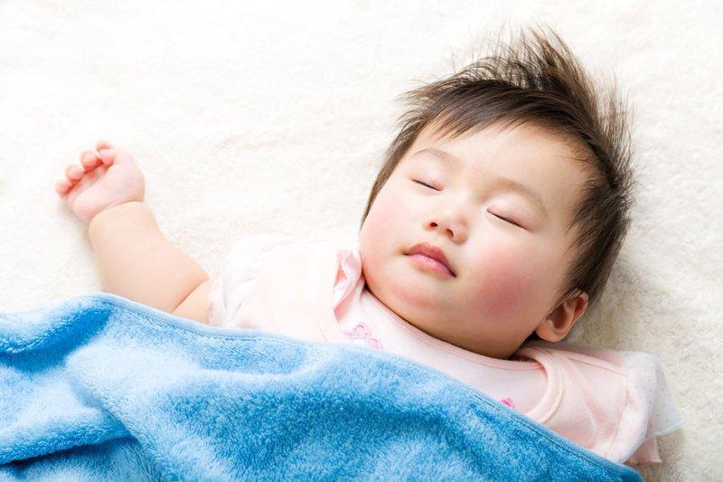 Bé hay vặn mình, giật mình, ngủ không sâu giấc phải làm sao
