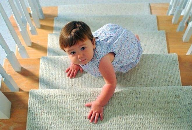 Trẻ leo trèo , bò cầu thang
