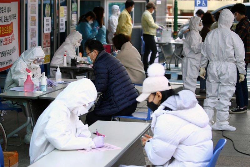 Nhân viên y tế làm việc tại cơ sở xét nghiệm sơ bộ cho các bệnh nhân nghi ngờ nhiễm virus corona ở Seoul,