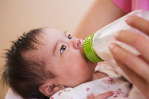 Bé bị nổi mẩn đỏ sau khi uống sữa có phải là dị ứng không