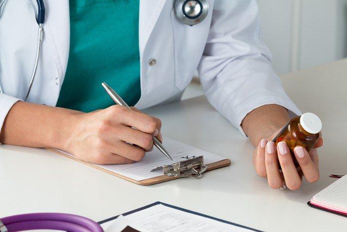 Kê đơn, bác sĩ chỉ định uống thuốc
