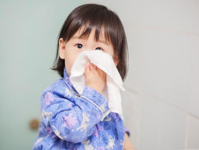 Trẻ tiêm phòng cúm về bị sốt cao, ho và chảy nước mũi