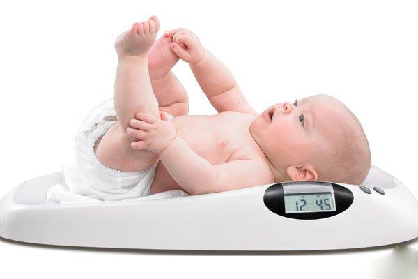 Nên làm gì khi trẻ 1 tháng tuổi không tăng cân?