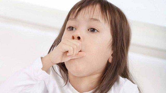 Trẻ xuất hiện ho, sổ mũi kèm theo sốt là dấu hiệu bệnh lý gì?