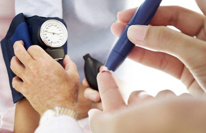 Người mắc bệnh tiểu đường có xuất hiện triệu chứng chóng mặt và tê bì chân tay không?