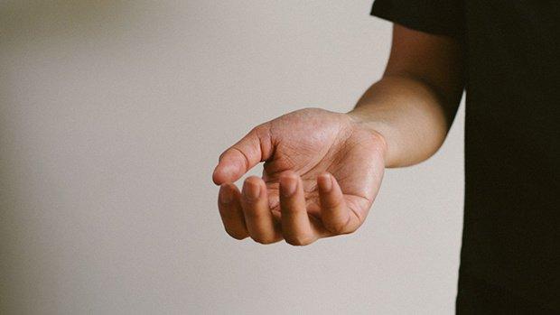 Đột ngột co giật cơ, không cầm nắm được dấu hiệu bệnh gì?