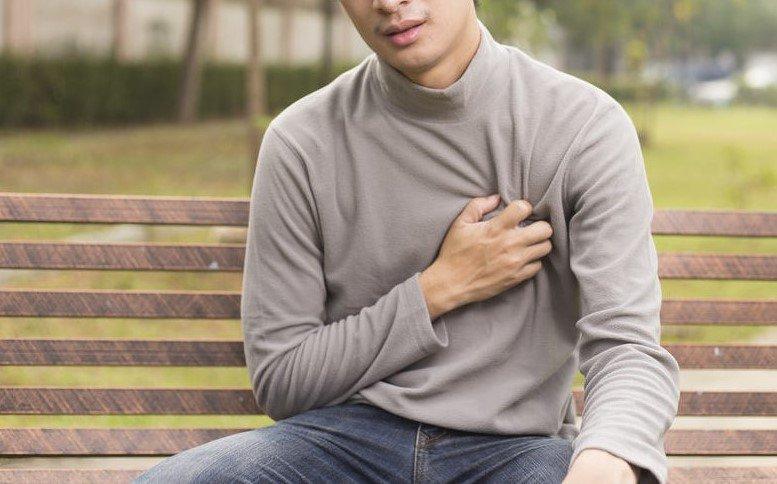 Đau ngực dữ dội là một trong những triệu trứng bất thường sau phẫu thuật thay van tim