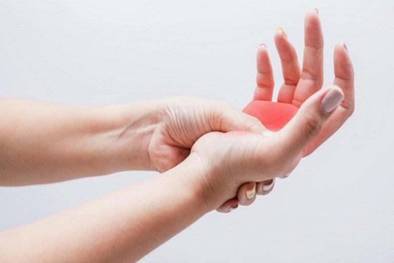 Thường run chân tay, tê liệt và mất kiểm soát là dấu hiệu bệnh gì?