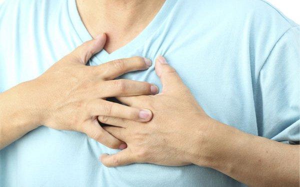 Đau ngực giữa khi ngủ dậy